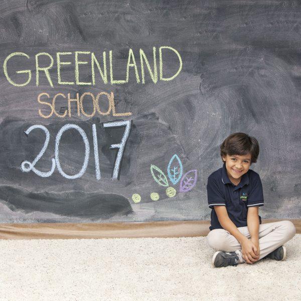 foto kinder niño greenland montessori pizarra