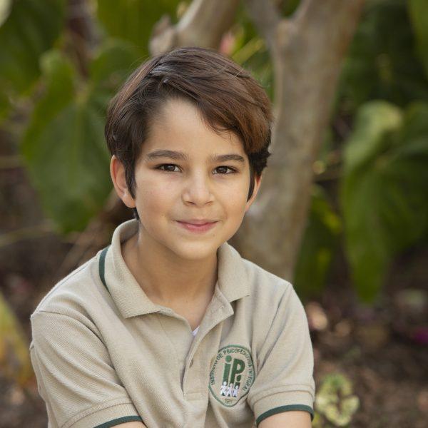 foto niño kinder greenland montessori arbol aire libre
