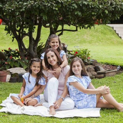 sesion familiar mujeres casa aire libre