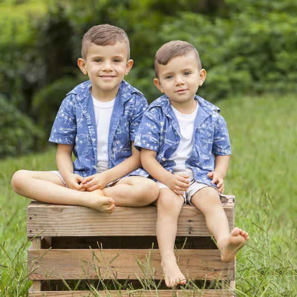 foto hermanos niños kinder treehouse montessori aire libre
