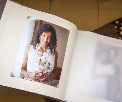 álbum fotográfico con fotografía de mujer sosteniendo un ramo para consejos fotográficos