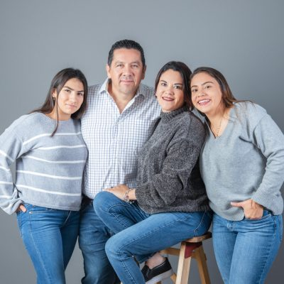 Sesion familiar en estudio pareja con hijas adolescentes