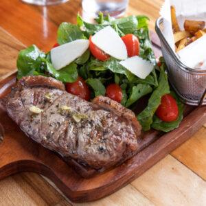 Foto de comida, steak con ensalada, Karla Cordero Photography